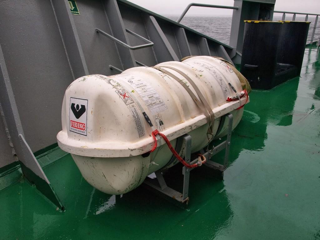 Aufblasbare Rettungsinsel. Der Behälter wird über Bord geworfen und wenn an der Reißleine gezogen wird, bläst sie sich von alleine auf
