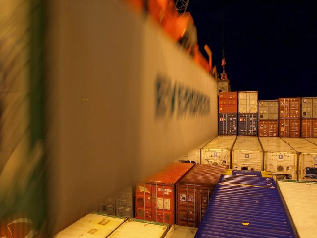 ...wird ein Container hochgehoben;