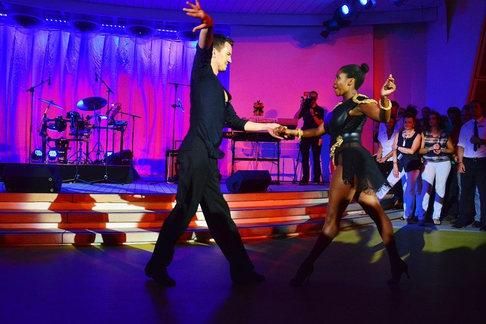 aida cruises let s dance star motsi mabuse tanzt auf. Black Bedroom Furniture Sets. Home Design Ideas